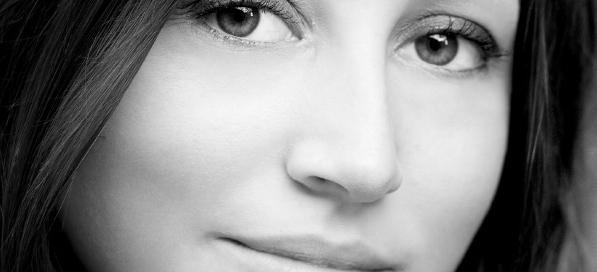 Rajeunir le tiers-moyen du visage par fil non-résorbable