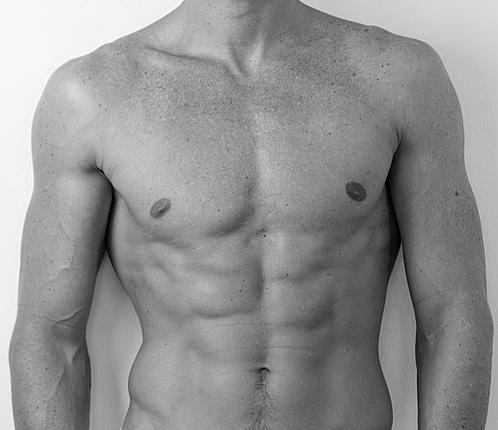 La chirurgie esthétique permet d'obtenir un torse sculpté avec des abdominaux visibles