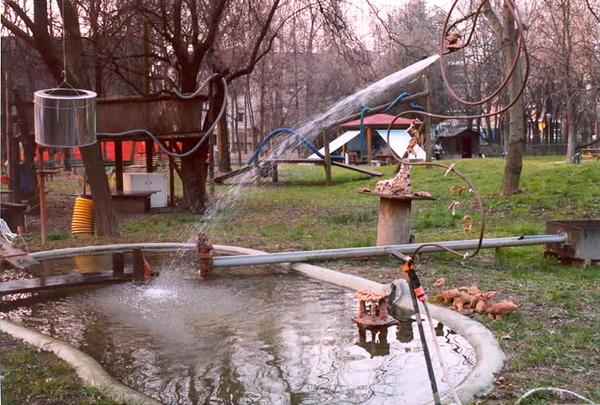 Parque de Diversiones para pájaros, diseñado por niños de preescolar de La Villeta, Reggio Emilia.