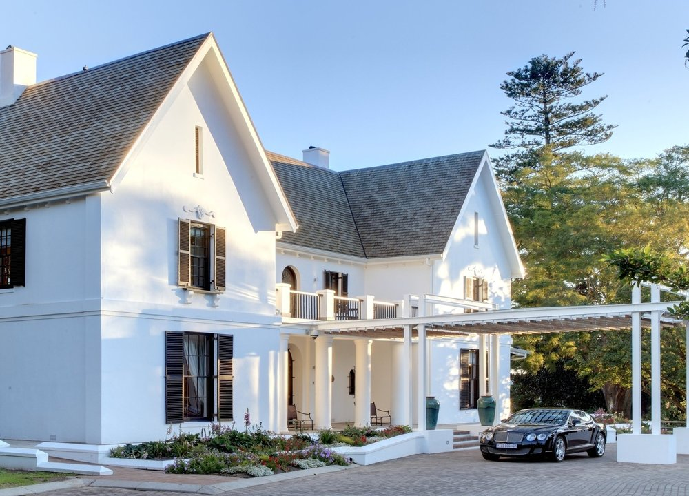 Manor_House_exterior_with_Bentley.jpg