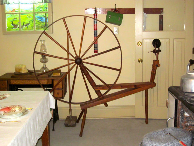 Walking spinning wheel