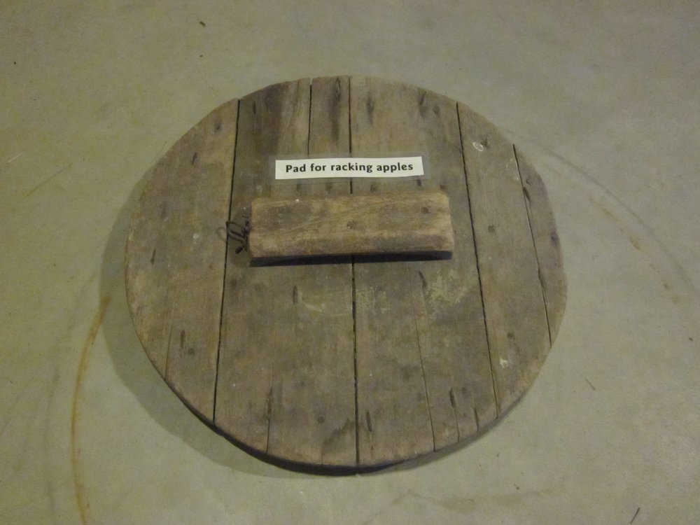 Pad for racking apples
