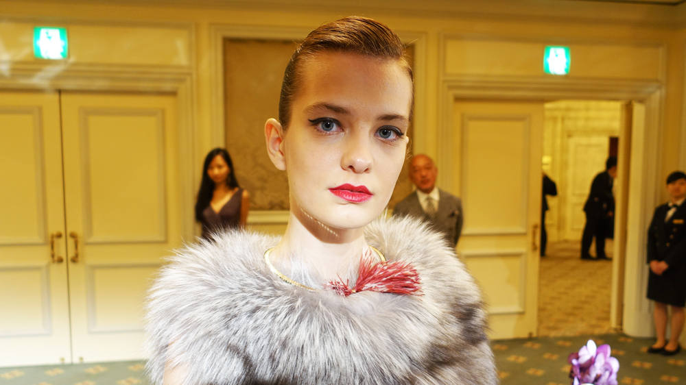 Kesenia, Wearing spinel and ostrich feather collar