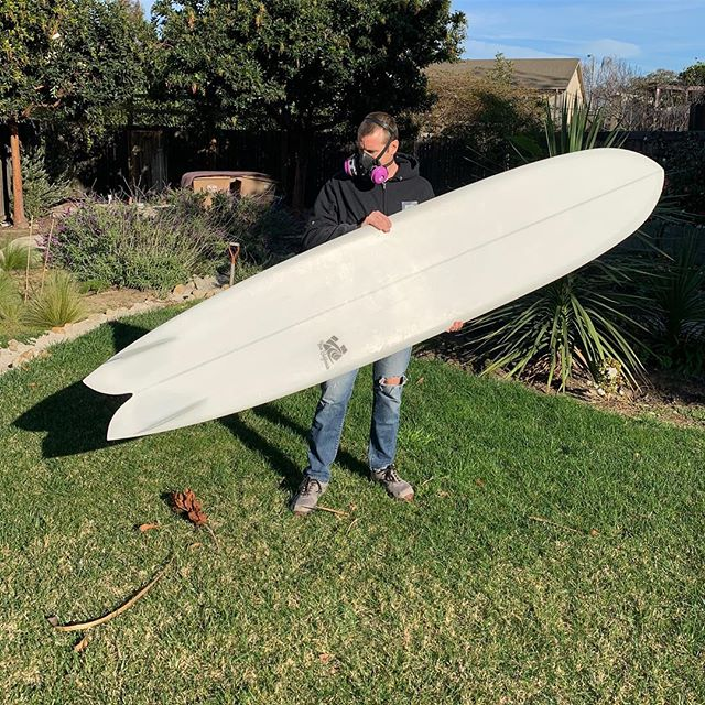 A little repair on this custom 9'8 Simmons inspired long fish. 🐟 Subtle double concave running from mid-ship through the keels make for a super fast experience 💨 A must try for anyone interested in speed!! ...Sorry about the dings @pshellen!! . . #haze #hazesurf #hazesurfboards #surf #customsurfboards #designsbyhaze #surfdesign #surfboard #simmons #twin #twinfin #longfish #fish #longboard #surfboard