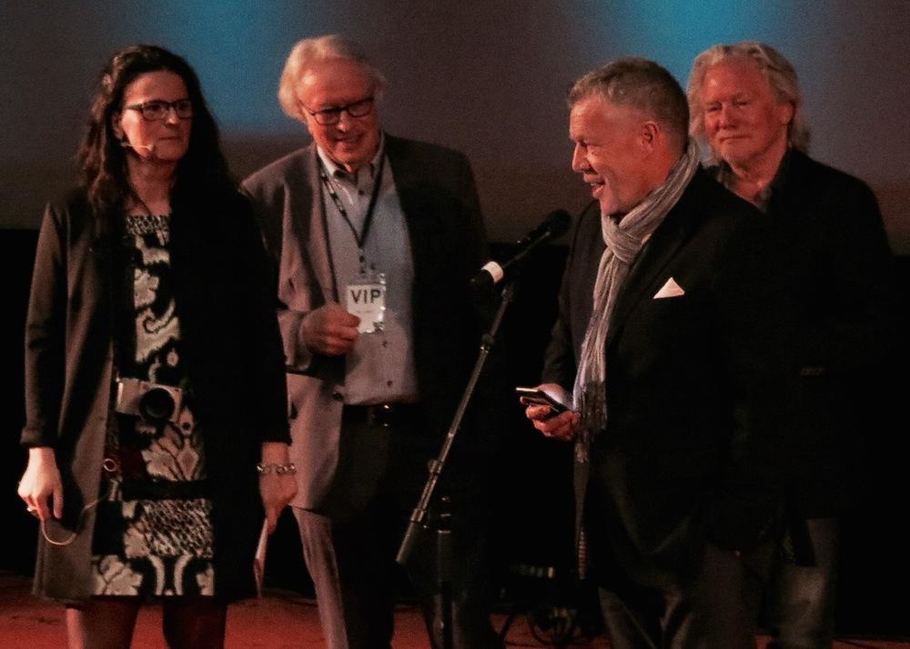 Banksjef Odd Einar Folland begrunner mottaker av årets foto-stipend. På bildet sees også Ingunn Strand, Lars Liabø og Morten Krogvold. Foto: E. Bjerkestrand