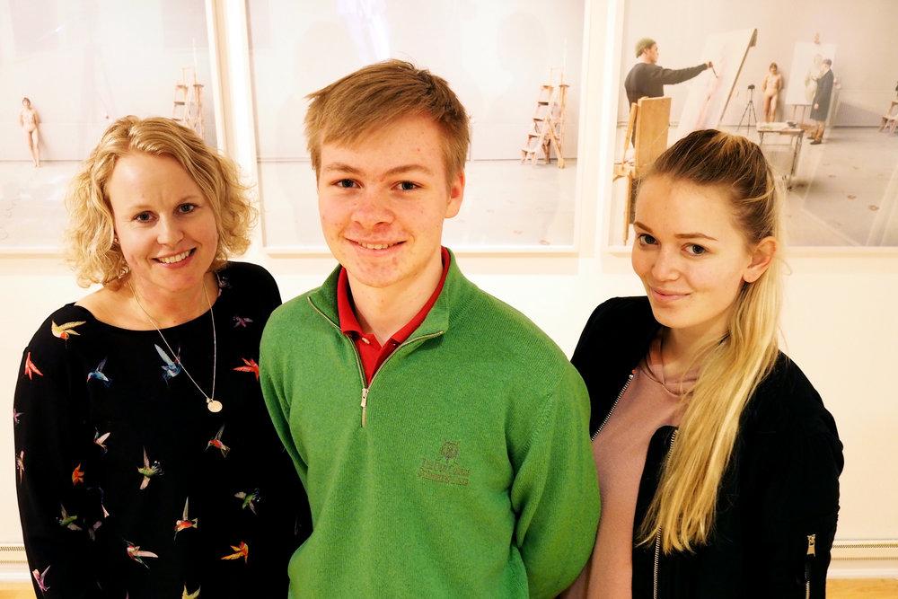 Leder Hanne Morch Steen(til høyre) og nestleder Peter Andreas Kirk Lossiusi Ungdomsrådet i Kristiansund har vært hos Nordic Light, her representert ved Erika Indergaard i administrasjonen, for å snakke om den nye ungdomsrabatten som festivalen tilbyr.Foto: Ingunn Strand.