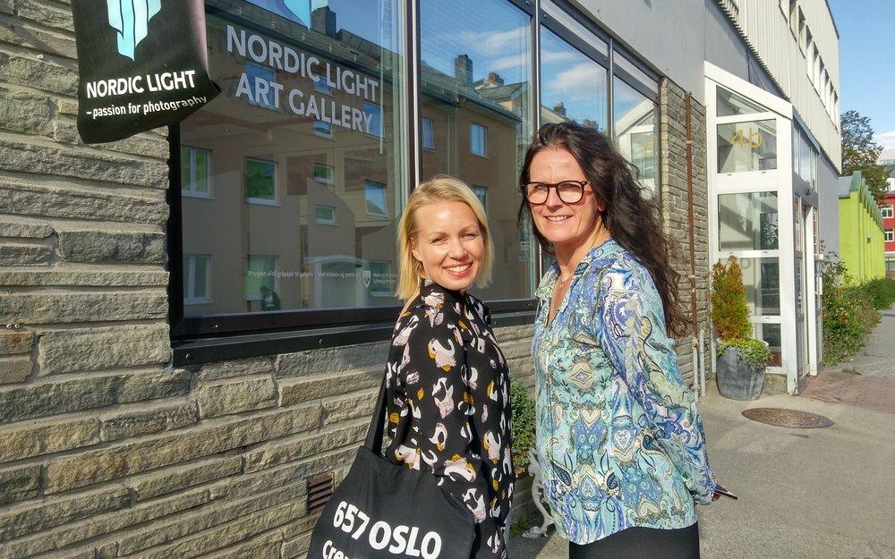Ingunn Strand (til høyre), daglig leder i Nordic Light Events, vil etablere et kreativt bedriftsnettverk i Kristiansund.Sigri Sevaldsen, daglig leder i coworking-spacet 657 i Oslo, har bidratt med innspill og erfaringer rundt samarbeid og samlokalisering.Foto: Nordic Light Events.