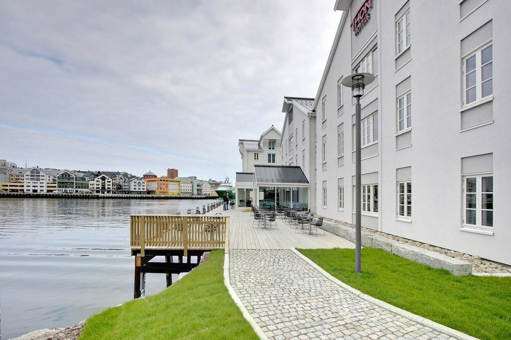 Thon Hotel Kristiansund is beautifully situated by the sea in the older part of Kristiansund, 20 minutes walk from the city centre and Caroline. Photo: Thon Hotels.