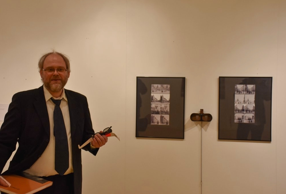 """Stipend-vinner i 2017, Jan Robert Williamsen, fra åpningen av stereobild-utstillingen """"Kristiansund 100 år etter"""" i desember 2017. Utstillingen ble realisert ved hjelp av stipendet delt ut av SpareBank 1 Nordvest og Nordic Light. Foto: Morten Feirud/Tidens Krav."""