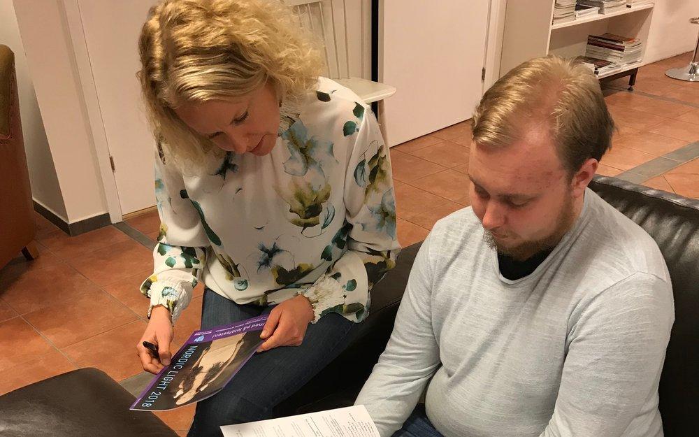 Erika Indergaard i Nordic Light og Ungdomsrådets leder Petter E. Wadsteinvik ser nærmere på årets festivalprogram. Foto: Ingunn Strand.