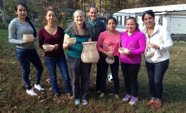 El Grupo de Tejer Canastas en Southwood. El grupo aprendió a tejer canastas y también aprendió las lecciones para la vida que el proceso encierra.