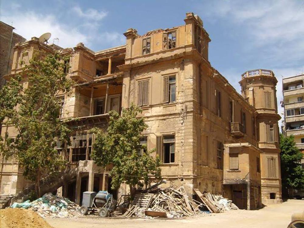 """Alexandrie.   La Villa Albron, où Lawrence Durrell vivait avec Ève Cohen (la Justine du """"Quatuor d'Alexandrie"""") n'est plus qu'une ruine, qui sera bientôt démolie pour faire place à un immeuble. Vous et nous n'y pouvons pas grand-chose : c'est le trente-sixième immeuble classé d'Alexandrie  démoli en cinq ans. Alors pourquoi en parlons-nous ?   C'est la vie.   N'est-ce pas ?"""