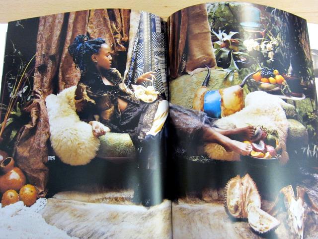 Portrait of Wangechi Mutu (2008), par Kathryn Parker Almanas.   Derrière un tableau, il y a toujours un visage.   La sagesse conventionnelle nous dit que la tête de l'artiste importe peu. Mais au fond de nous-mêmes, nous savons qu'elle a tort.   Allez voir le  site web de Wangechi Mutu . Il est très beau. Et même surprenant.    ART IS THE WEAPON OF THE FUTURE
