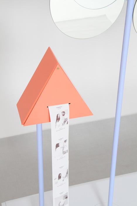 Installé au Salon du Design de Milan ce mois-ci, le Thermo Booth a fait fureur. C'est une cabine photographique open air qui capte les photos quand elles dégagent de la chaleur humaine, littéralement. Les sentiments et les gestes d'effusion y sont donc les bienvenus. Le résultat est imprimé sur papier thermique. Simple, efficace, économe, modeste.  http://www.thermobooth.com/