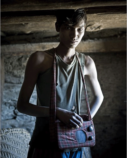 ZET BAHADUR BIK, 15 ans. Agriculteur. Il a acheté cette radio d'occasion en 2006 pour 800 roupies, à un ami d'un village voisin. Il n'arrivait pas à en trouver une dans les magasins de la vallée. Il n'écoute que les informations et aime les annoncer sur la place du village.    © Stéphane Remael