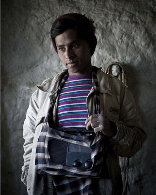 GORKHA NATH YOGEE, 19 ans. Agriculteur. Il achetée sa radio neuve en 2005. Il s'est fabriqué lui-même une housse de transport. Depuis, il ne la quitte jamais, pas même pour les travaux des champs. Il préfère écouter de la musique traditionnelle plutôt que les nouvelles.    © Stéphane Remael