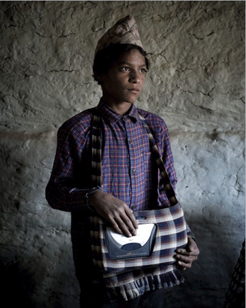JALON NATH YOGEE, 16 ans. Élève dans un village à une heure de marche. Il a réussi à s'offrir cette radio en 2006. Il n'ose pas encore l'emmener à l'école de peur des jaloux. Mais il l'écoute dès qu'il rentre chez lui au village. Quand il a annoncé la chute de la monarchie à sa famille, personne ne l'a cru. Puis chacun a pu l'entendre de ses propres oreilles.    © Stéphane Remael