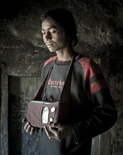 HASTENEPALI, 16 ans. Ecolier. Il s'est acheté cette radio en 2005 (770 roupies) lors d'un travail saisonnier en Inde. Au réveil, son premier réflexe est d'allumer son transistor. Puis il l'accompagne toute la journée. Il écoute surtout des musiques transcendantales.    © Stéphane Remael