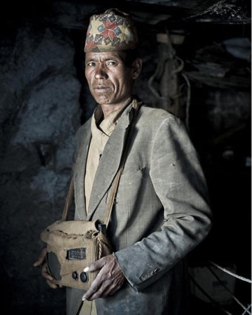 LAL BAHADUR BUMI, 36 ans. Responsable d'un magasin. C'est un des précurseurs de la radio dans la vallée. Quand il s'est baladé fièrement dans le village avec un poste en 2001, tous les jeunes ont voulu l'imiter. Il préfère écouter de la « folk music », assez difficile à trouver sur les ondes népalaises.    © Stéphane Remael