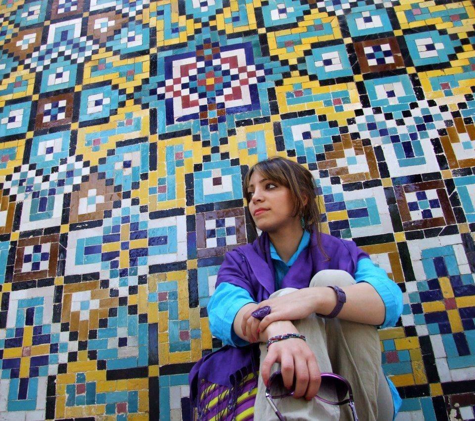 Liberté volée au Golestan Palace, Tehéran.  J'ai pris cette photo dans la cour du Golestan Palace de manière bien réfléchie, mais avec difficulté, et hors de vue des gardes ; évidemment je n'ai pu en faire qu'une. J'ai sérieusement regretté ce jour-là de ne pas pouvoir faire plus photo avec un aussi beau fond derrière moi.