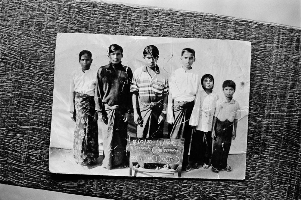 Le gouvernement birman a toujours surveillé de près les Rohyngia. La plupart d'entre eux n'ont pas le droit de quitter leur village. Les autorités tiennent à jour un carnet sur chaque famille et chaque maison. Ce portrait de famille a été pris par les autorités. La famille tout entière est partie au Bangladesh.  © Greg Constantine, Exiled To Nowhere