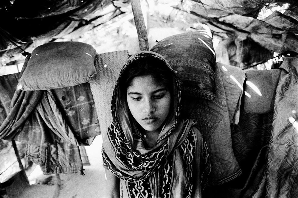 Les autorités ont utilisé l'arme du refus du mariage pour marginaliser les Rohingya. Ils doivent en effet demander l'autorisation de se marier, au prix d'une lourde taxe, et des inévitables billets extra que la corruption impose de distribuer aux fonctionnaires pour faire aboutir chaque démarche, comme d'ailleurs partout dans cette partie de l'Asie, où le prix officiel de quelque chose n'est que la partie émergée de l'iceberg, une sorte de plaisanterie cruelle. Les jeunes couples sont souvent arrêtés si on découvre qu'ils se sont mariés sans autorisation. Cette interdiction de leur mariage est une des principales causes du départ de Birmanie des jeunes Rohyngia, comme cette jeune fille (2009)  © Greg Constantine, Exiled To Nowhere