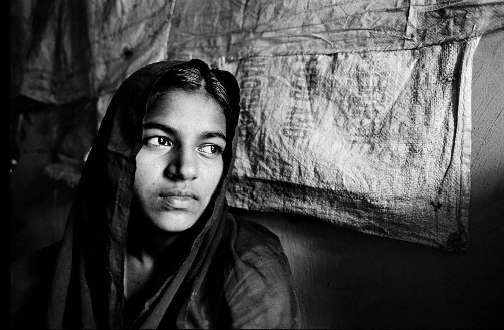 Après avoir dû débourser de fortes sommes et attendre trois ans une réponse positive des autorités, cette jeune fille a finalement choisi un mariage religieux musulman, donc non-officiel. Quand cela a été découvert, sa famille a été punie d'une amende, et on l'a menacée de prison. Elle a fui au Bangladesh (2009).  © Greg Constantine, Exiled To Nowhere