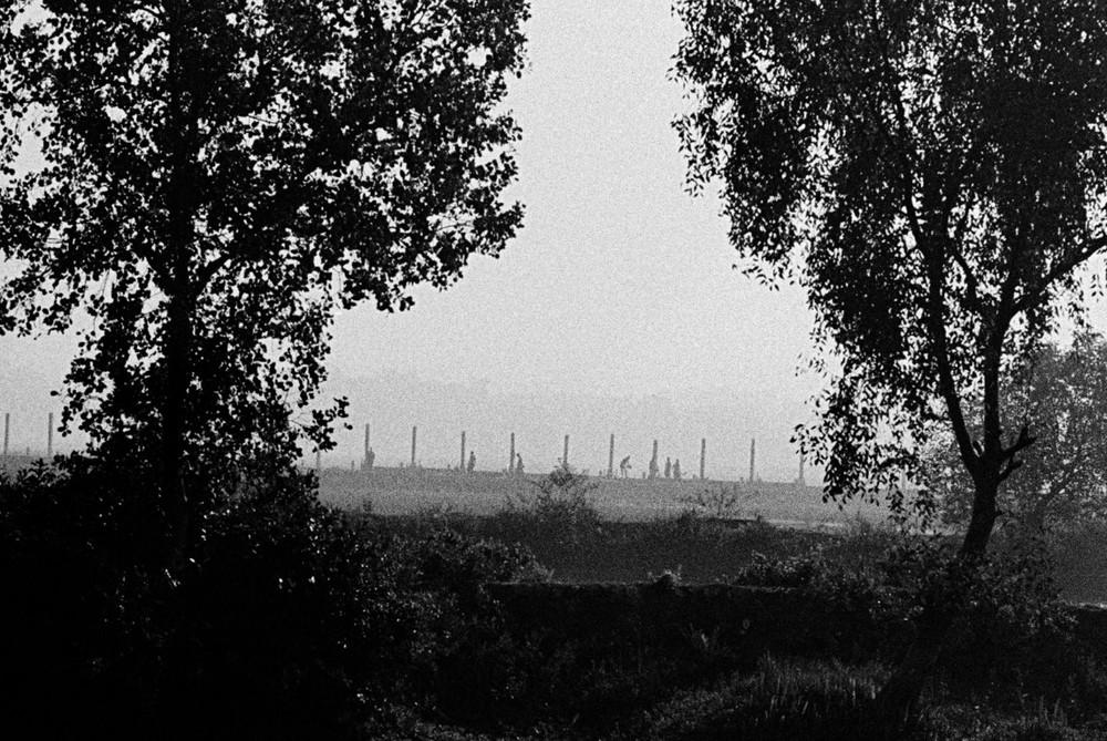 """Début 2009, les autorités ont commencé à construire une barrière entre la Birmanie et le Bangladesh. Détail abominable : ce sont les Rohingya eux-mêmes qui ont dû la construire, le gouvernement ayant décidé d'un recours au travail forcé dans """"l'intérêt supérieur de la nation"""".  © Greg Constantine, Exiled To Nowhere"""