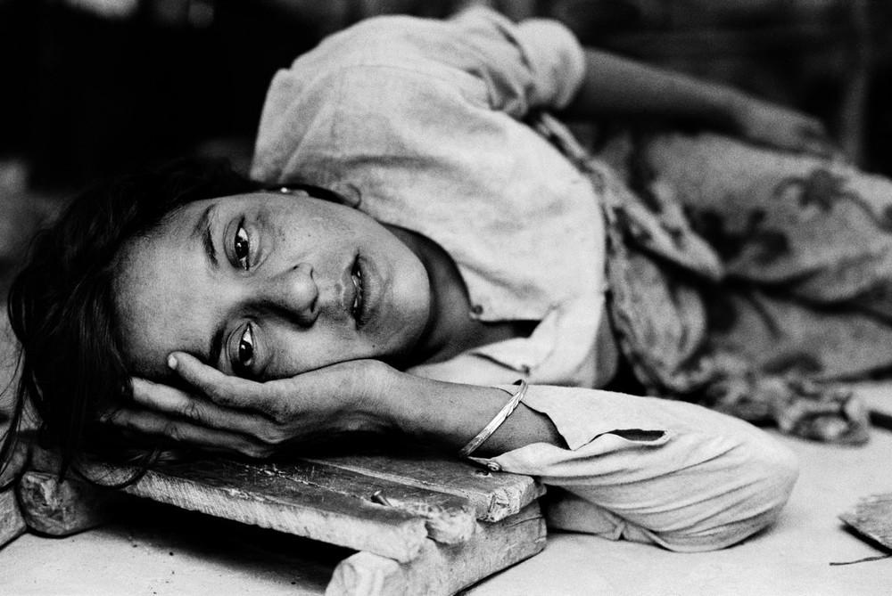 Cette femme est malade depuis dix jours et n'a pas la force de marcher. Les dix mille Rohyngia du camp de Tal n'ont reçu aucune assistance humanitaire (2006)  © Greg Constantine, Exiled To Nowhere
