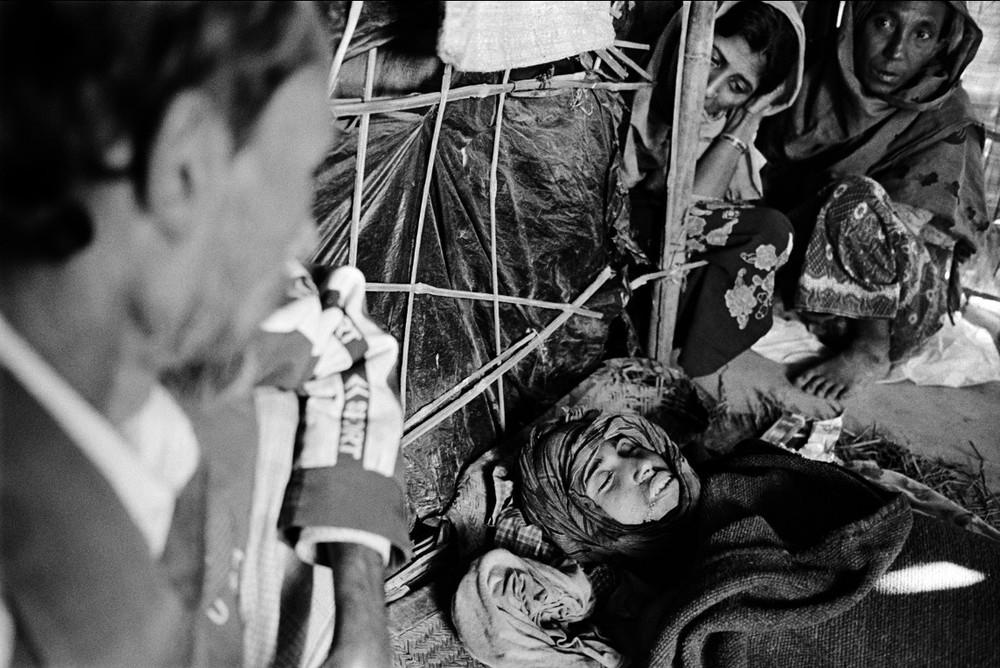 Les Rohyngia arrivés au Bangladesh n'ont généralement droit à aucun soin. Le père, la mère et les membres de la famille de Sultan Ahmed, quinze ans, veillent son corps. Il est mort de la typhoïde, après quelques semaines de maladie.  © Greg Constantine, Exiled To Nowhere