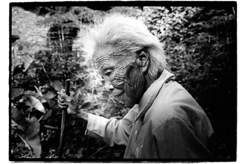 Chine, Wuzhou, 22 juin 2007. Cette femme a 85 ans. Les villageois sont de plus en plus vieux. Les villages habités de moins en moins nombreux. Dans le village où vit cette femme, au bord de la rivière en face de Wuzhou, ils étaient une centaine d'habitants. Ils ne sont plus que neuf.    Kosuke Okahara , Vanishing existence.