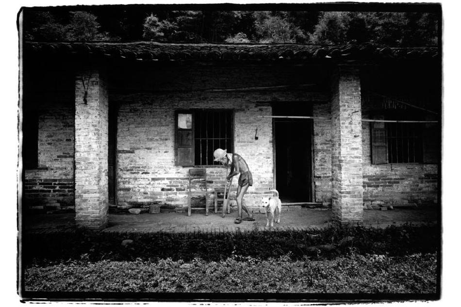 Chine, Wuzhou, 23 juin 2007. Cet homme de 75 ans a été si atteint par la lèpre que marcher lui est difficile. Son village l'a envoyé vivre chez les lépreux quand il avait vingt-huit ans. Et même guéri, on n'a pas voulu le reprendre. Malgré tout ce qu'il a enduré, il est exceptionnellement amical.    Kosuke Okahara , Vanishing existence.