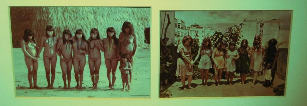 © Anna Bella Geiger     En 1975, l'artiste brésilienne Anna Bella Geiger confronte les images du présent (y compris personnelles) avec les images de carte postale qui sont vendues pour incarner une idée fantasmatique du Brésil paradisiaque des origines. C'est ainsi depuis le premier tableau de Victor Mereilles qui fonde, en 1860, la peinture brésilienne : Primeira Missa, où des indigènes nus observent les prêtres qui célèbrent l'eucharistie dans la jungle. Historia do Brasil - entièrement et toujours à écrire sur place, au risque d'effacer les traces de la culture originelle, si différente qu'on ne sait qu'en faire.