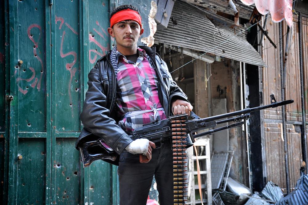 Abu Abdula - Âge inconnu   Abu se bat pour sa famille et le sol syrien. Il pense que Bashar Assad et son gouvernement sont épouvantables pour le peuple syrien et l'avenir du pays. Il est déterminé à continuer le combat, voyant les agissements d'Assad et ses forces, qui tuent les Musulmans et souillent les mosquées qu'ils occupent en s'adonnant à des relations sexuelles et de la consommation d'alcool.   ©Cengiz Yar Jr ,The Young Men of the Free Syrian Army