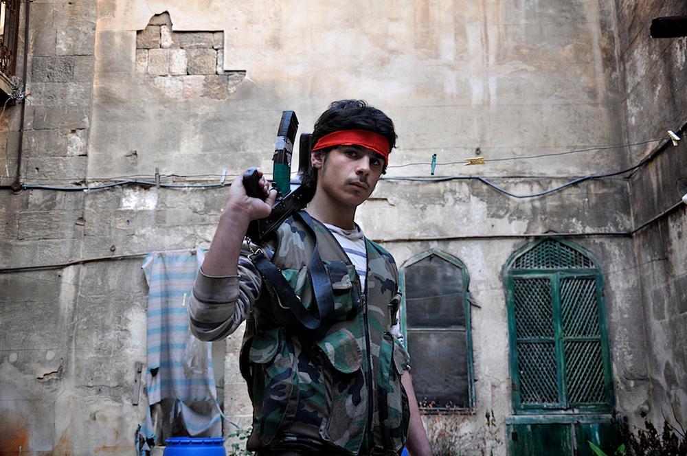 Ali – 18 ans   Le frère de 21 ans d'Ali a été tué tôt dans la guerre. Ali se bat pour le Jihad parce qu' «il n'y a pas d'autre Dieu qu'Allah».    ©Cengiz Yar Jr ,The Young Men of the Free Syrian Army