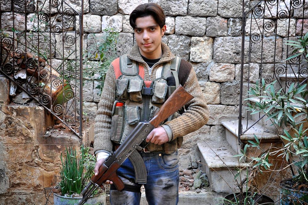 """Abd Al-Kader (""""Serviteur de Dieu"""") – 17 ans   Abd est l'un des combattants gardant les lignes de front dans la bataille de la vieille ville d'Alep. Souvent de garde et dormant rarement, il combat aux côtés de l'Armée Syrienne Libre depuis deux mois seulement. Il s'est renduavec son pèreà Alep pour se battre et se considère en Jihad.   ©Cengiz Yar Jr ,The Young Men of the Free Syrian Army"""