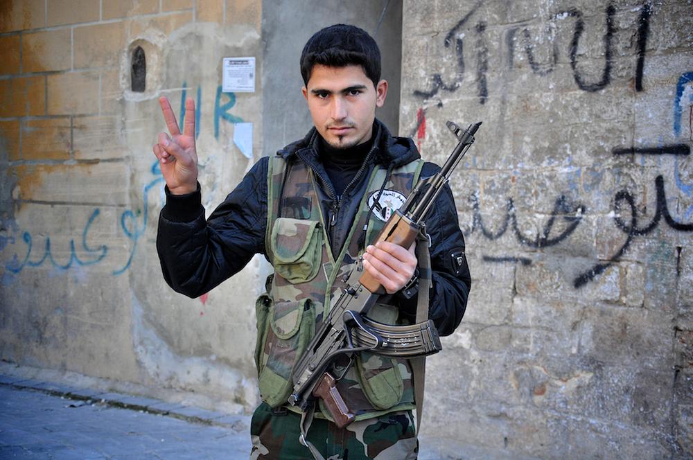 Tamer – 18 ans   Quand la guerre a commencé, Tamer étudiait la comptabilité dans une université à Alep, quelque chose qu'il espère continuer après la fin de la guerre. Tamer a rejoint le combat contre Assad pour défendre la Syrie. Quand la guerre finira, il veut la paix pour son pays.   ©Cengiz Yar Jr ,The Young Men of the Free Syrian Army