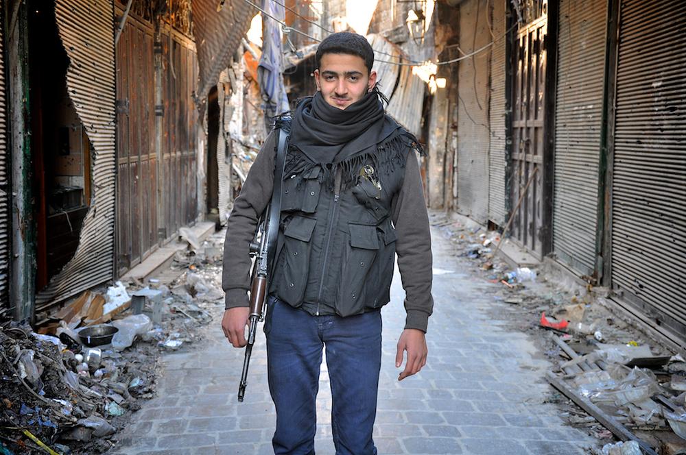 Ahmed Aburadwon – 19 ans   Ahmed a rejoint le combat à Alep à cause des atrocités perpétuées à Homs, Hama et dans le reste de la Syrie. Il accuse Assad du meurtre aveugle des enfants de la Syrie et des personnes âgées.   ©Cengiz Yar Jr ,The Young Men of the Free Syrian Army
