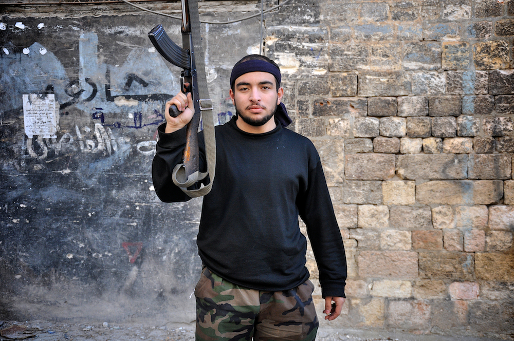 Abu Abbas Mokmood – 19 ans   Avec quatre ans d'études d'ingénieur à faire encore, Abu Abbas a rejoint l'Armée Syrienne Libre dans le combat contre le régime d'Assad. Il se bat pour la liberté et celle du peuple syrien qui a trop longtemps vécu selon lui, sous l'oppression du gouvernement d'Assad. Il connaît trop de personnes des villes de Mara et d'Idlib qui sont mortes ; certains par balles, d'autres par mortiers et autres éclats. Quand la guerre sera terminée, il espère reprendre ses études.   ©Cengiz Yar Jr ,The Young Men of the Free Syrian Army