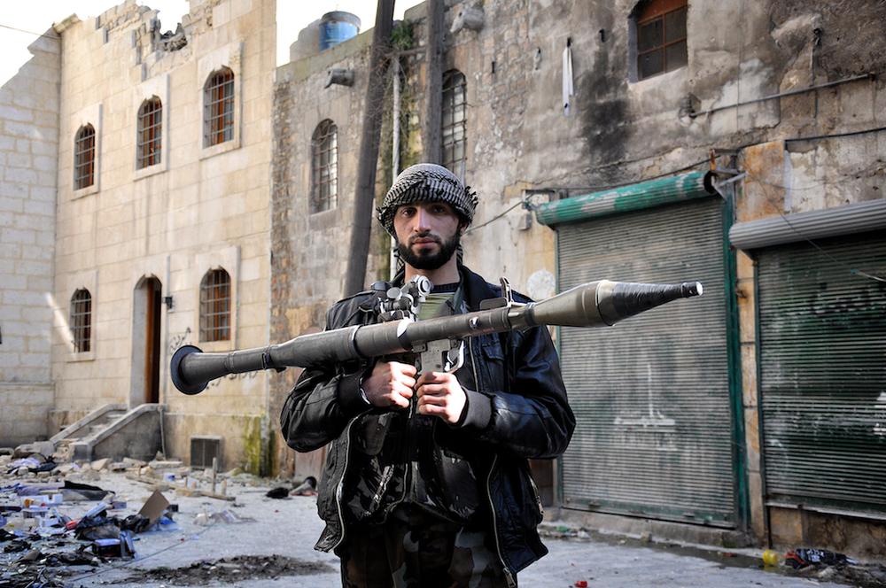 Abraham – 20 ans   Abraham vit toujours à Al Bab et vient à Alep pour de brèves périodes pour se battre aux côtés de ses amis dans l'Armée Syrienne Libre. Il a rejoint la résistance parce que la vie était oppressante et inabordable pour les gens de sa ville avant la guerre. Profondément affecté que tant de Syriens soient prisonniers politiques, il veut renverser le régime de Bashar Assad, pour lui et sa famille.   ©Cengiz Yar Jr ,The Young Men of the Free Syrian Army