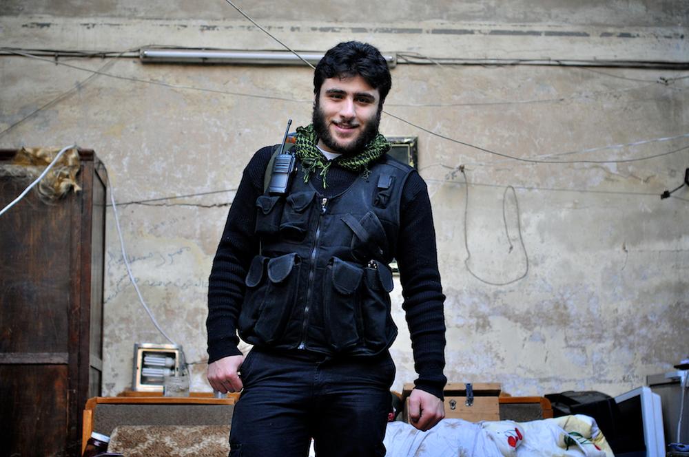 Becker – 19 ans   Arrêté et torturé au début de la révolution pour protestation contre le régime d'Assad, Becker est rentré en Jihad maintenant pour les Musulmans de Syrie. Avant la guerre, il était lycéen mais a laissé ses études de côté pour rejoindre l'Armée Syrienne Libre. Ses parents ne l'ont pas approuvé tout d'abord, mais ils en sont désormais fiers depuis qu'il leur a expliqué que ses convictions religieuses motivaient sa lutte. Il est l'un des membres les plus respectés de sa milice et ses camarades de combat se réfèrent parfois à lui comme à leur prince.   ©Cengiz Yar Jr ,The Young Men of the Free Syrian Army