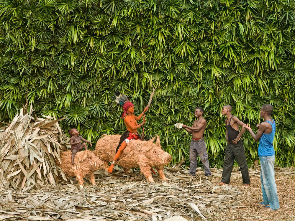 «Ensansa: Mpúàmbolé lòbélà, nyàmbòle ndé lobùlú, lôlálé nsòmbo». Song: I not answer calls, I answer on room, boar sleeping.  Le prestige et le pouvoir d'une Walé dérivent du respect qu'elle a acquis en observant le tabou du sexe pendant toute la période de sa séclusion, en dépit de sa jeunesse et de sa beauté.Epanza Makita (19 ans, mariée, un an de séclusion, mère de Lotitia) chante ici que les hommes sont venus la courtiser, mais qu'elle s'est comportée comme la mère sanglier qui défend ses petits en cas d'agression. Elle implique par là que toutes ne font pas comme elles, et se hisse par là au-dessus des autres.   Patrick Willocq