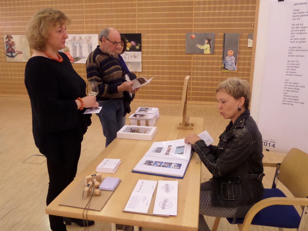 MMag. Helga Stücklberger vor dem 'Amt für allgemeines Können'