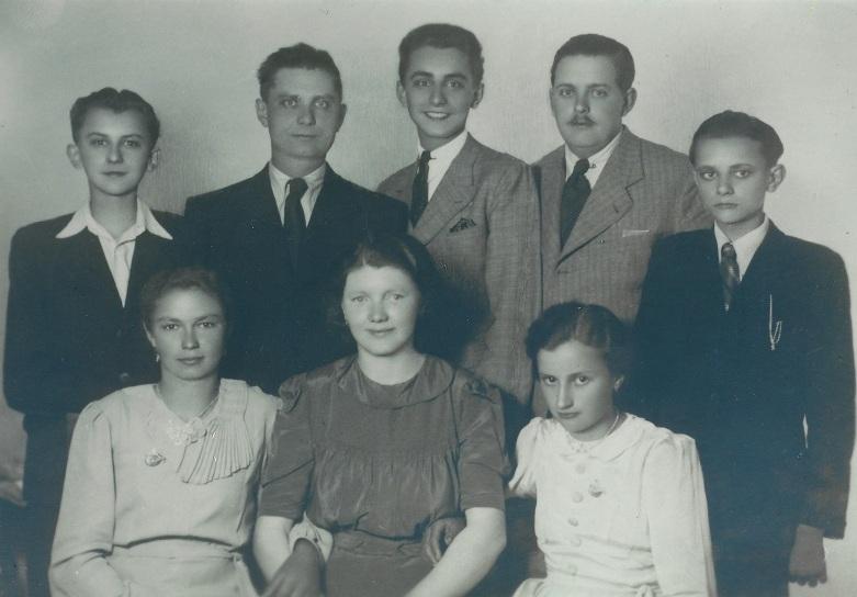 Sa obitelji – brat Ivica (prvi s lijeve strane), Stjepan (zadnji sa desne strane)