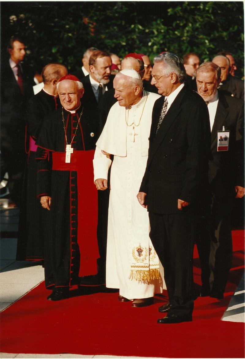 Sa kardinalom Kuharićem (lijevo) i papom Ivanom Pavlom II (u sredini)