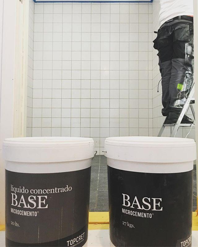 Nytt badrumsuppdrag med Topcret microcement direkt på kaklet! Denna gång en ljusgrå betongkulör (Pearla) fast med en rustik yta. Mer bilder kommer nästa vecka👌 #engmansattermon #topcret #bclgolv #topcret_scandinavia #underconstruction #inspo #betongkänsla #betongstylish #bysteendesign
