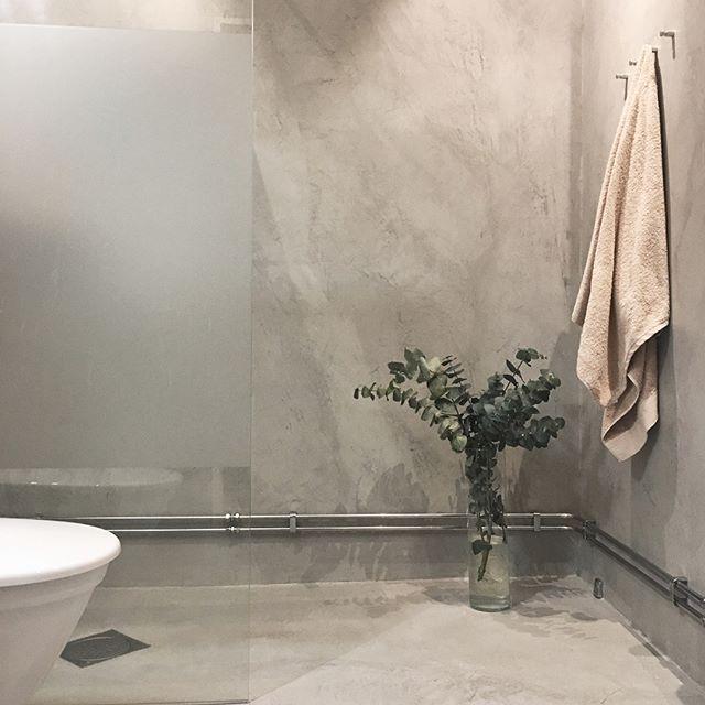 Halleluja för Topcret Microcement! Nytt badrum applicerat direkt på kakel/klinker utan rivning👌Lyx med fogfritt och betongstil på samma gång tycker vi! Klart på 7 dagar! #engmansattermon #microcement #betongdesign #topcret #badrumsrenovering #badrumsinspo #topcret_sodertalje