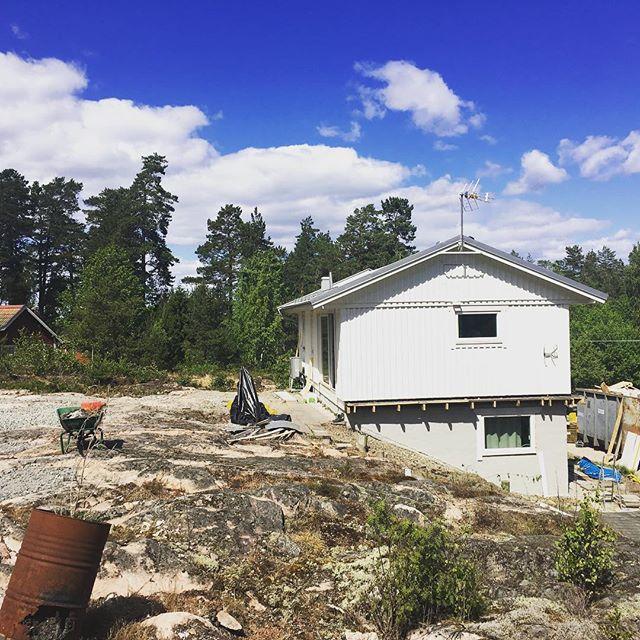 Dags för 250kvm altan och fönsterbyten i Nykvarn 🙌  Mer bilder om ett par veckor! #engmansattermon #altanbygge #grymmasnickare #totalentreprenad