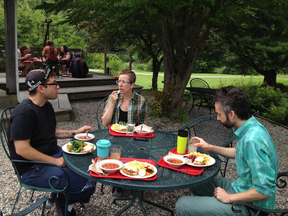 The food at Snow Farm is amazing. Vegan Reubens, gazpacho, super salad bar, great coffee, and on and on. Eating lunch with good friends Fafnir Admities (textile guest artist!) and Steve Theberge (ceramics artist, staffer at the farm and the reason we had this opportunity! Thanks Steve!). ここのごはんはとっても美味しいのです!この日はヴィーガンルーベンサンドイッチ、ガスパチョスープ、手の込んだサラダバーのサラダ達、オーガニックコーヒーなどなど…!同じくゲストアーティストで来ていた友人のファフナー(テキスタイルのスペシャリストです)とセラミックアーティスト兼プログラムオーガナイザーのスティーブと一緒にお昼ご飯タイムです。