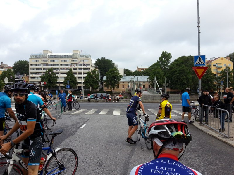 Cyclists lining up